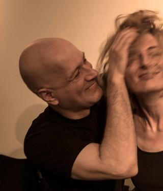 Mann zerzaust die Haare einer Frau durcheinander